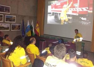 Auch Theorie wird gebüffelt: Die Fire Fighter auf La Palma werden laufend fortgebildet. Foto: Cabildo