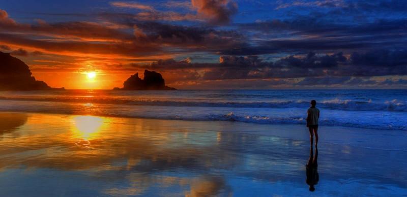Tourismusbilanz der Kanaren 2017. Im vergangenen Jahr wurden im Tourismus auf den Kanarischen Inseln 15,573 Milliarden Euro umgesetzt – das waren eine Millarde Euro mehr als 2016 und 35,2 Prozent des Bruttoinlandsprodukts (BIP) auf dem Archipel. Dabei stiegen die Einnahmen durch ausländische Feriengäste um 820 Millionen Euro gegenüber 2016 und überschritten erstmals die 11 Millarden Euro-Grenze – Ursache dafür war der Rekord von 14,3 Millionen nicht-spanischen Urlaubern im Jahr 2017. Außerdem gaben die Touristen aus dem Ausland im vergangenen Jahr mehr Geld aus als zuvor: Bis zu 82,5 Euro pro Tag ließen sie auf den Inseln liegen, ein Anstieg gegenüber 2010 um 13 Euro pro Kopf. Die Regionalregierung errechnete weiter, dass 40,3 Prozent der Arbeitsplätze 2017 im Tourismus angesiedelt waren, womit dieser Sektor die Hauptantriebskraft von Wirtschaft und Beschäftigung der Region ist. Die Daten wurden im Rahmen der Studie Impacto Económico del Turismo IMPACTUR Canarias ermittelt.