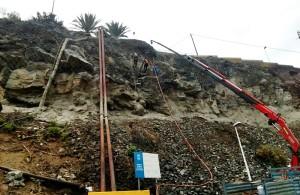 Sicherheitsnetze oberhalb der LP-2 vorm Hafen von Tazacorte werden angebracht: Stop den Steinschlägen. Foto: Cabildo