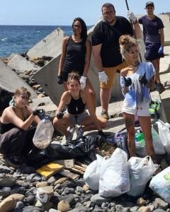 Handschuhe an und los geht´s: Die jungen Leute von Cuida tu tierra schwingen keine großen Umweltreden, sondern packen an. Foto: Stadt