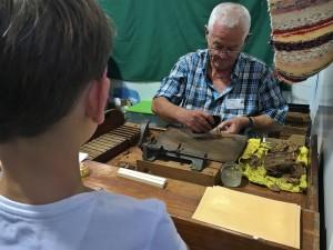 Auch Zigarrendrehen ist ein Kunsthandwerk: Wie´s geht sieht man auf der Feria de Artesanía in Fuencaliente.