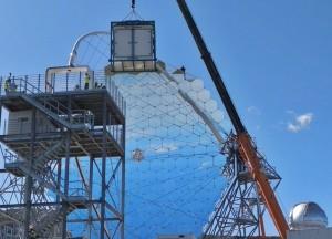 Die Kamera wird eingebaut, und dann ist das LST-1 fertig: Der Prototyp der neuen Generation der Cherenkov-Teleskope wird am 10. Oktober 2018 offiziell eingeweiht. Foto: IAC