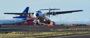 Inselhüpfer und große Maschinen auf dem Flughafen von Santa Cruz de La Palma: Passagier-Plus von