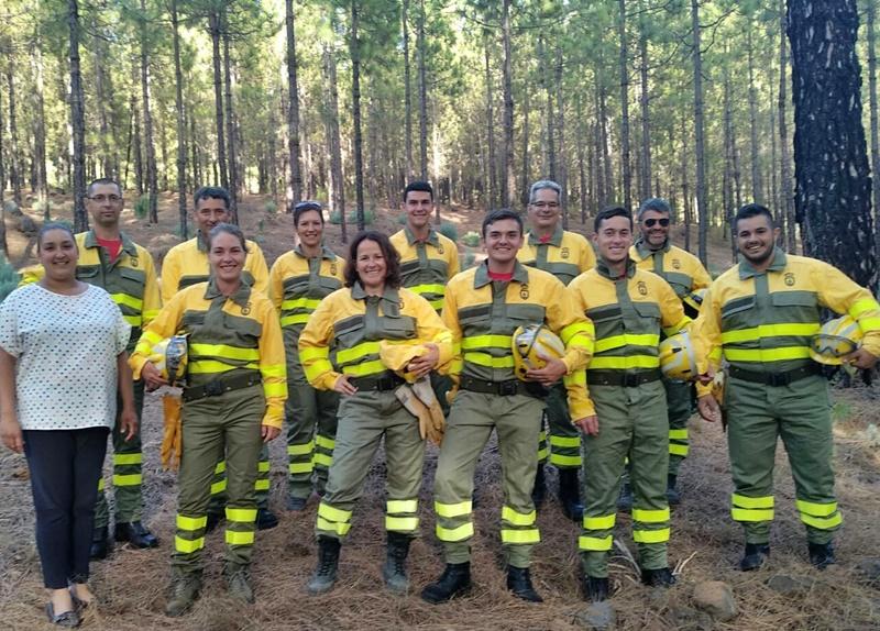 Freiwillige Feuerwehr in Tijarafe ausgestattet. Nach 18 Stunden Theorie und praktischen Übungen mit den Feuerwehr-Teams vom Inselumweltamt und den Brigadas de Refuerzo en Incendios Forestales (BRIF) sind die Bomberos Voluntarios in Tijarafe für den Ernstfall bereit. Die Gemeinde weiß das ehrenamtliche Engagement zu schätzen, und hat das Team jetzt mit der erforderlichen Schutzkleidung ausgestattet. Bürgermeister Marcos Lorenzo dankt den Freiwilligen Feuerwehrleuten in seiner Gemeinde, die seit Jahren ihren Teil zur Waldbrandbekämpfung beitagen.