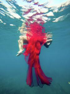 Isla Bonita Moda: DesignerInnen auf La Palma sind nicht nur beim Modemachen kreativ, sondern auch im Blick auf ihre Shooting-Ideen. Gmbyje schickte seine Models ins Wasser. Foto: