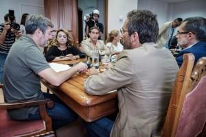 Versammlung auf Lanzarote mit Regionalpräsident Fernando Clavijo (links): Es geht um die Verteilung und Betreuung der minderjährigen Migranten, die vor allem auf den östlichen Kanareninseln anlanden. Foto: GobCan