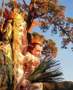 Die Pino del Virgen: Alle drei Jahre wird die Jungfrau bei der großen Bajada von der Kirche oberhalb von El Paso ins Dorf getragen, dann beginnt ein wochenlanger Eventreigen- im Sommer 2018 war es wieder soweit.