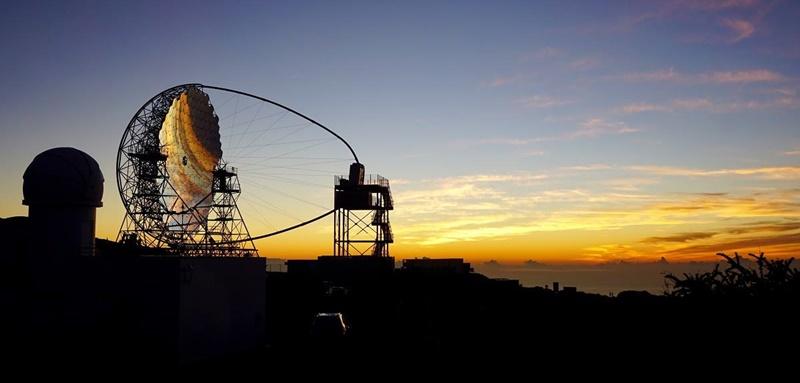 Das am 10. Oktober 2018 offiziell eröffnete Large Sized Telecope (LST) hat es auf die NASA-Internetseite Astronomy Picture of the Day (APOD) geschafft: Sarah A. Brands von der Universität Amsterdam gelang ein sagenhaftes Foto vom Prototyp der großen Cherenkov-Teleskope der neuen Generation auf La Palma im Sonnenuntergang. Der 23 Meter durchmessende Spiegel des Teles, das Gammastrahlen aus dem Universum auf der Spur ist, reflektieren den Abendhimmel über dem Roque de Los Muchachos. Übrigens wird das LST-1 nun circa ein Jahr lang im Probebetrieb laufen, bevor es offiziell für die wissenschaftliche Forschung freigegeben wird.