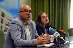 Inselpräsident Anselmo Pestana und Transportinselrätin Laura Paz: stellten gestern das neue Nahverkehrskonzept vor. Foto: Cabildo