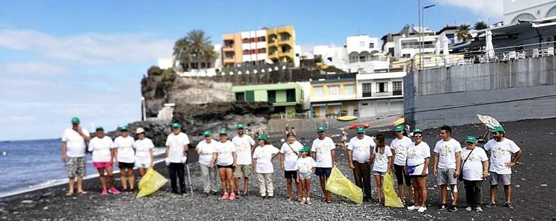 Freiwillige räumen die Los Llanos-Strände auf. Die Playas von Puerto Naos, La Bombilla und El Remo werden sauberer: Darum kümmern sich seit kurzem 35 Freiwilligen unter der Leitung der Stadtverwaltung von Los Llanos mit Unterstützung des Roten Kreuzes und der Rettungstrupps der AEA La Palma - das Team ist sogar unfallversichert. Auf die Idee kamen die Nachbarschaftsvereinigungen Aterure in El Remo und Varadero in La Bombilla. Die Umweltaktivisten sehen ihren Einsatz als Signal zum Sauberhalten der Strände sowohl für EinwohnerInnen als auch für Inselgäste. Denn sie sammeln nicht nur den Müll der anderen auf, sondern sortieren ihn gleichzeitig nach Wertstoffen und verbringen ihn in die richtigen Container. Nur die wie immer zahlreich in den Sand gesteckten Kippen werfen sie in den Restmüll.