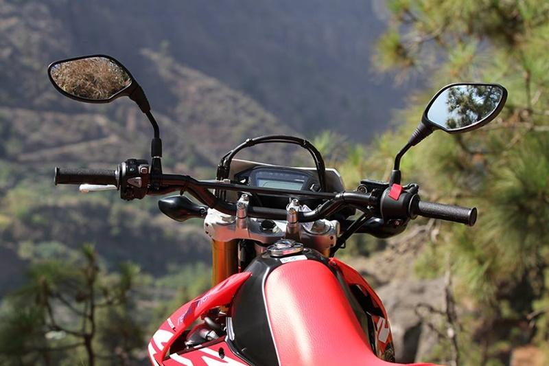 Neues Miet-Moped bei La Palma 24. Die Motorrad-Familie von La Palma 24 hat jetzt ein Brüderchen bekommen: Die Honda CRF 250 L wartet auf Leute, die gern wendig in der Kurve sind. Die Enduro mit ihrem 25 PS starken, flüssigkeitsgekühltem Einzylinder-Motor und dem Federgewicht von 146 Kilo sorgt für Fahrspaß auf allen Pisten. Alle weiteren Infos auf der Bike-Website von La Palma 24. https://www.la-palma24.com/motorrad Im Journal haben wir alle Zweiräder in der Vermietung zusammengefasst.