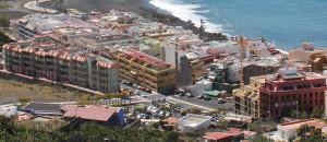 Der Parkplatzbereich am Ortseingang von Puerto Naos: Hier sollen im Oktober 2018 die Umgestaltungsarbeiten mit dem Bau eines Busbahnhofs beginnen. Foto: La Palma 24
