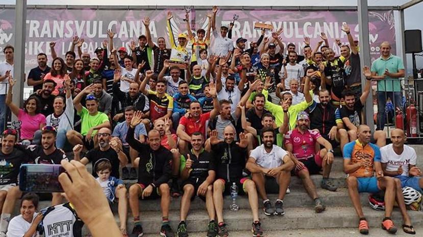 Sieger der Transvulcania Bike 2018. Bereits zum zweiten Mal fand am vergangenen Wochenende die TRV-Bike auf der Kanareninsel La Palma statt. In der K75-Königsklasse der TRV-Bike 2018 ging bei den Männern der Katalane Ismael Ventura nach 3 Stunden, sechs Minuten und 39 Sekunden durchs Ziel und bestätigte damit seine Favoritenrolle. Rund fünf Minuten später fuhr Unai Yus auf Platz zwei; Dritter wurde Pedro Rodríguez. Bei den Damen wurde Katayza Sierra mit 4:17:35 zur Reina in der Königsklasse, gefolgt von Alba Albadalejo (4:39:55) und Elizabeth Breval (4:45:32) auf dem zweiten und dritten Rang. Auf der 30 Kilometer-Strecke der Transvulcania Bike 2018 fuhr David Martín in 1:19:49 auf Platz 1, Christian Luque wurde in der Zeit von 1:20:44 Zweiter und und Francisco José Martín in 1:22:35 Dritter. Eine Überraschung gab es in der K30-Klasse der Damen: Die erst 14 Jahre alte Sara Dora aus Teneriffa holte den Titel in 1:52:06. Nach ihr erreichten Aroa González in 1:58:46 und Fátima Concepción 2:15:07 das Ziel.