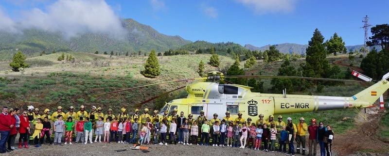 """Waldbrandsaison ist vorbei. Die auf La Palma stationierten Fire-Fighter der Kanarenregierung Equipo de Intervención y Refuerzo contra Incendios (EIRIF) werden am 30. November 2018 wieder abrücken. Die """"Waldbrandsaison"""", in der auch die BRIF-Brigaden und ihre Helikopiter in Puntagorda Wache halten, ist seit Jahr und Tag von Mitte Juni bis Mitte Oktober anberaumt. Die Spezialeinheiten der Kanaren, die nach dem großen Waldbrand auf La Palma 2016 ins Leben gerufen wurden, blieben jedoch sicherheitshalber bis Ende November auf der Insel. Zum Glück brachen 2018 nur kleinere Feuer aus, die schnell unter Kontrolle gebracht werden konnten. Die EIRIF-Truppen bestehen aus heligestützten, 26-köpfigen Teams, die auf La Palma, El Hierro und La Gomera Wache halten. Auf der Isla Bonita haben sie zum Abschluss der Saison vor 150 SchülerInnen der Adamancasis-Schule in El Paso einen Vortrag zum Naturschutz und Verhalten im Wald gehalten. Foto: EIRIF"""