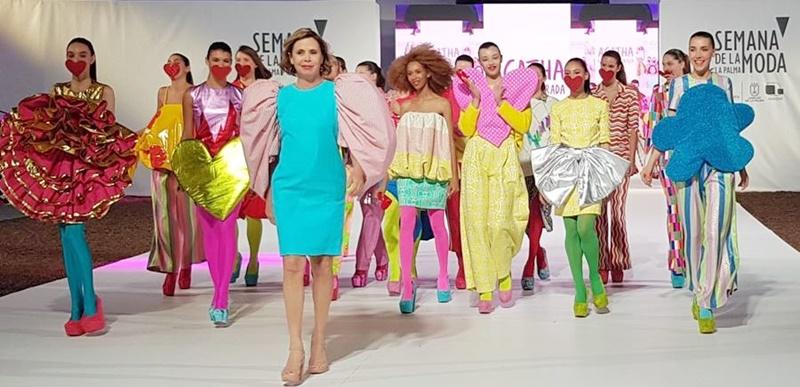 Das Nelkenkleid aus Seide der Hilanderas (ganz links im Bild): Agatha Ruiz de La Prada (vorn) präsentierte es nicht nur bei der Fashion Week in Madrid, sondern auch bei der Modewoche 2019 auf La Palma. Foto: Isla Bonita Moda