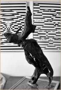 Werke von Reyes Hernández, die jetzt im Contacto gezeigt werden: Skulpturen aus Holz und