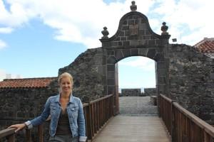 Virginia Espinosa vorm Castillo de Santa Catalina: Die Stadträtin kündigt die Suche nach einem alten unterirdischen Tunnel an. Foto: Stadt