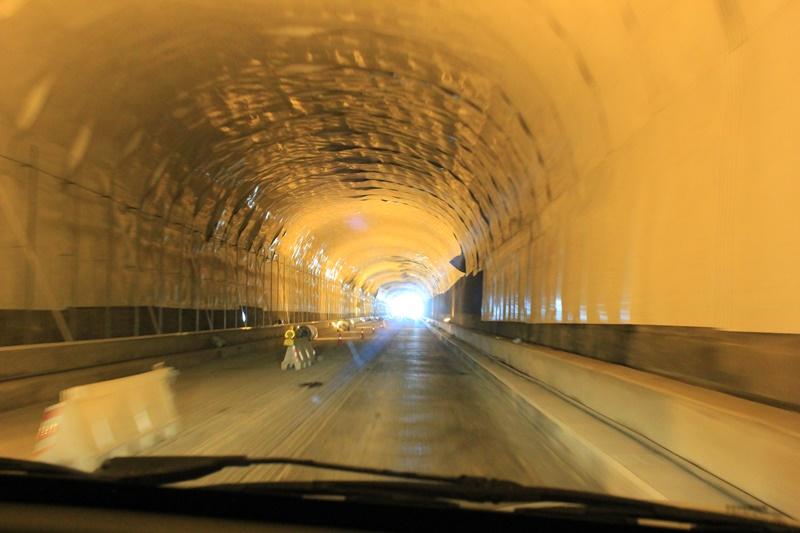 """Tunnelsanierung bald abgeschlossen. Voraussichtlich Mitte Januar 2019 werden die Arbeiten am Alten Cumbre-Tunnel fertiggestellt sein. Dies erklärte jetzt Inselinfrastrukturrat Jorge González. Die ursprünglich geplante Fertigstellung Ende 2018 konnte nicht eingehalten werden, da hauptsächlich nachts gearbeitet werde und somit Stunden fehlen. Ansonsten verlaufe alles wie vorgesehen, und am Ende werde """"ein völlig anderer"""" Tunnel dastehen."""