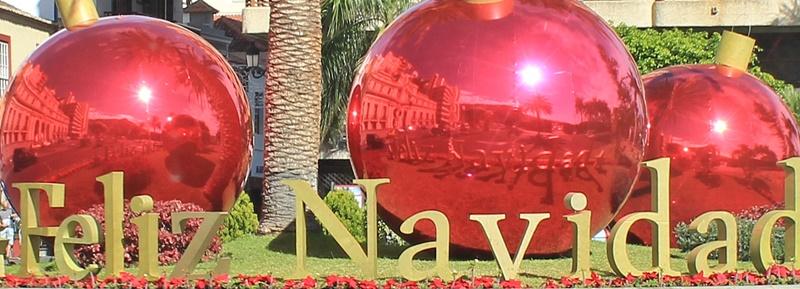Der aktuelle Blickfang am südlichen Eingang von Santa Cruz: Überdimensionale Christbaumkungeln begrüßen die Gäste in der Weihnachtszeit. Und die Spiegelung zeigt: Auf La Palma scheint auch im Dezember die Sonne! Foto: La Palma 24