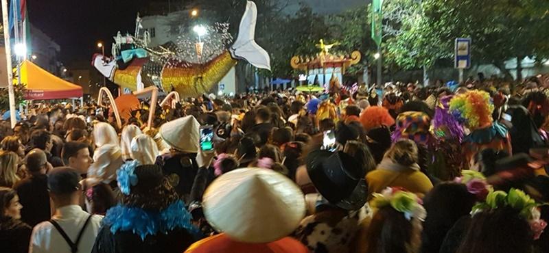 Sardine von touristischem Interesse. Das Abfackeln von Fischen aus Stoff und Papier beschließt auf La Palma allerorten den Karneval. Jetzt hat die Kanarenregierung die Sardinenbeerdigung von San Andrés y Sauces zur Fiesta de Interés Turístico de Canarias gekürt. Diese Auszeichnung hebt hervor, dass dieser Brauch in der Nordostgemeinde seit 40 Jahren kultiviert wird, und jedes Jahr mehr Besucher anzieht. Und natürlich ist dieser Trauermarsch alles andere als trist - wenn die Sardine brennt, wird gefeiert!