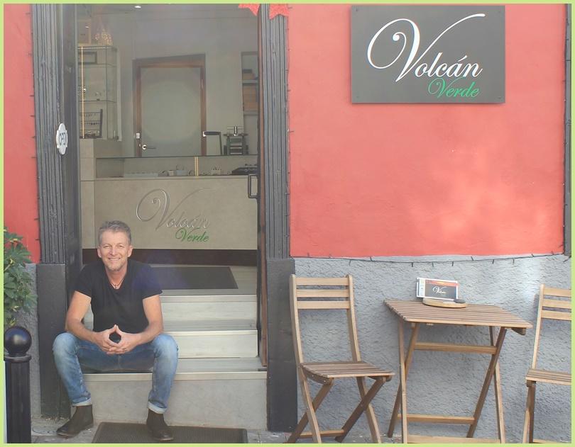 Frank Hofmeister vor seinem schmucken Werkstatt-Laden in Tazacorte: Nach zwölf Jahren sind der Goldschmied und sein versiertes Team ungebrochen kreativ.