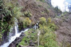 Marcos y Cordero: Der beliebte Wanderweg durch die Tunnel und an einer hohen Felswand vorbei ist nicht ungefährlich. Foto: Cabildo