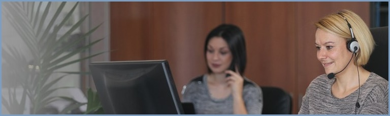 Dörthe und Sarah: Die beiden sind während der Bürozeiten via Telefon, E-Mail oder im Live-Chat zu erreichen.