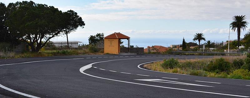 Straße zwischen El Paso und Los Llanos neu asphaltiert. Das Cabildo hat die Belagsarbeiten an der LP-3 zwischen Tahuya und der Ortsumfahrung von Los Llanos LP-21 abgeschlossen. Dabei wurden in den verganenen vier Wochen insgesamt 4,3 Kilometer für rund 430.000 Euro neu asphaltiert. Auch zahlreiche Ausbuchtungen und Seitenstreifen der Hauptverkehrsstraße wurden geteert.