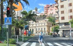 Der Pfeil zeigt es: Neben dem Postgebäude ragt die Struktur für den Stadtlift hinauf zur Kirche in San Telmo in die Höhe. Foto: La Palma 24