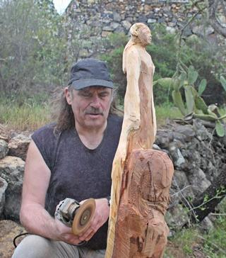 Unermüdlich: Stephan Guber sägt im Krögerschen Garten Skulpture aus abgestorbenen Mandelbäumen. Foto: La Palma 24