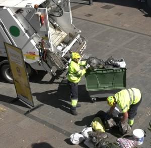 Mülllmänner schütten Abfall auf der Plaza in Los Llanos aus: