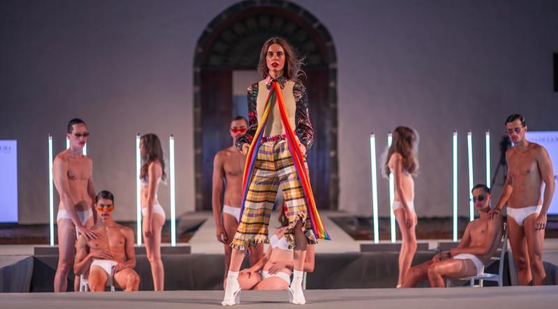 Modewoche La Palma mit neuem Datum. Nach dem Erfolg der ersten Semana de la Moda folgt in diesem Jahr eine weitere - aber nicht wieder im August, sondern schon vom 22. bis 27. April. Wie Inselwirtschaftsförderungsrat Jordi Pérez im Sender Onda Cero La Palma weiter erklärte, wurde das Event für Modefans auf Anraten der Asociación de Creadores de Moda de Espana verlegt, um es optimal in den Kalender dieser Branche zu plazieren. Somit ist nach der Mercedes Benz Fashion Week in Madrid nun im Februar die Tenerife Moda dran, dann folgt La Palma mit lokalen, regionalen, nationalen und internationalen DesignerInnen und im Juni Gran Canaria mit einer Show.