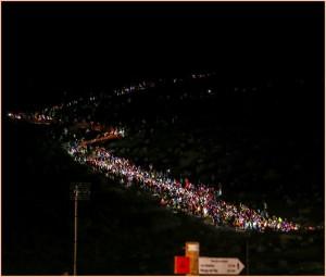 Legendärer Start des Transvulcania-Ultras: Morgens um 6 Uhr machen sich im Süden von La Palma tausende SkyrunnerInnen auf den Weg über die Vulkane. Foto: TRV