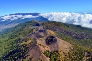 dDie Cumbre Vieja: Auch das Instituto Volcanológico de Canarias (INVOLCAN) hat die Stabilität des Vulkanrückens nach den Mikrobeben-Serien im Oktober 2017 bestätigt. Die Wissenschaftler erklärten, dass der von den Risikoforschern beschworene große Bruch weder in der vermeintlichen Tiefe noch in der vermuteten Länge nachzuweisen sei. Mehr zu diesem Thema in unserer Vulkane-Rubrik.