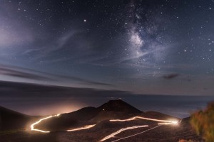 Das war das Siegerbild des Fotowettbewerbs der Transvulcania 2018: Adrián García Rivero setzte die Lichtschlangen der Stirnlampen beim Ultra-Start im Süden ins Bild.
