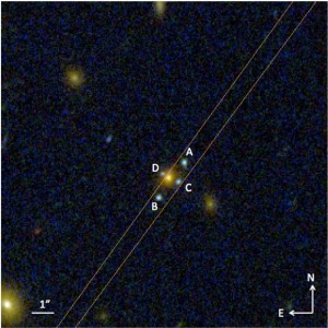 Das neu entdeckte Einstein-Kreuz J2211-3050. Eine elliptische Galaxie - das gelbe Objekt - fungiert als Linse und produziert die vier mmit ABCD markierten blauen Objekte, die die Bilder einer etwa dreimal entfernteren Galaxie sind. Mit dem GTC war es möglich, das Licht der Objekte ABC zu isolieren und zu verteilen, was zeigt, dass sie zur gleichen Lichtquelle gehören. Kredit: Hubble-Weltraumteleskop