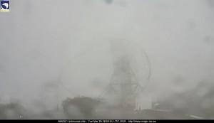 Nebel und vereinzelte Schneeflecken: Auf dem Roque de Los Muchachos ist es derzeit ziemlich frisch. Foto: Webcam Magic-Tele
