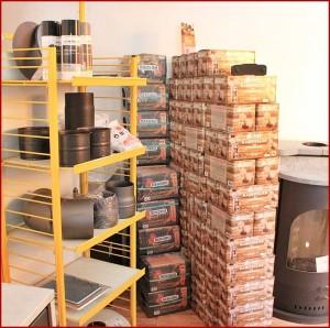 Anzünder und Briketts: kann man alles bei Palma Chimeneas in Los Llanos kaufen.
