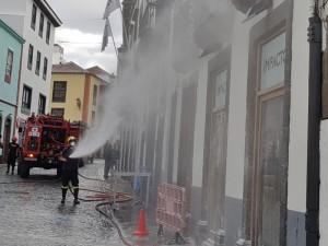 Santa Cruz: Gegen den Puder vom Día de Los Indianos hilft nur Wasser.
