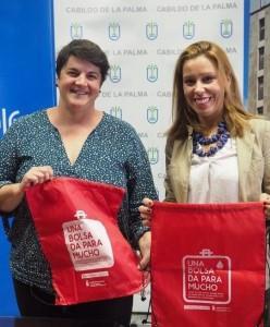 Transvulcania 2019: Rote Taschen und Rucksäcke werben fürs Blutspenden. Foto: Cabildo