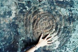 Die Höhepunkte von La Zarza und La Zarcita: Spiralen und andere Felsritzungen der Benahoaritas sind die Höhepunkte dieses Kulturparks, die man in der Umgebung des Gebäudes zu Fuß erreicht.
