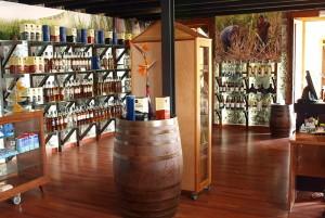 Nach dem Rundgang kann man im Shop einkaufen: Dort stellt man fest, dass das Aldea-Sortiment nicht nur Rum umfasst, sondern auch Liköre.
