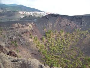 Praxis: Außen können die BesucherInnen über den Rand des Vulkankraters wandern.