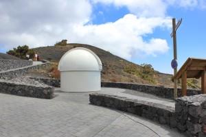 Außen: Ein kleines Solartele und einer der Astronomischen Aussichtspunkte von La Palma.