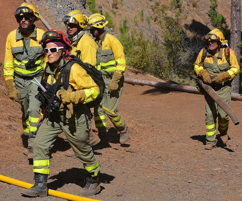 Schicke Feuerwehrmänner. Das Cabildo greift mit rund 111.000 Euro tief in die Tasche, um die Sicherheit der FeuerfighterInnen des Insellumweltamtes zu verbessern. Erworben werden die Schutzausrüstungen, Spezialschuhe und Helme im Zuge einer Ausschreibung, die demnächst startet. Foto: Cabildo