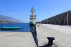 Die Anlegestelle im ausgebauten Hafen von Tazacorte: Hier ist nur Platz für Großsegler oder kleine Kreuzfahrtschiffe. Foto: La Palma 24