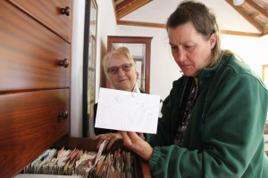 """Rose Marie Dähncke (links) hat das Pilzzentrum ermöglicht, denn sie stiftete ihr Lebenwerk, rund 4.000 Karteikarten mit wissenschaftlichen Notizen über die Pilze von La Palma. Ihre """"Nachfolgerin"""" ist Karin Eisenhut, die sich ebenfalls sehr gut mit den Pilzen auf der Insel auskennt."""