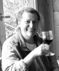 Die seltenen Momente: Karin Eisenhut mit Freunden bei einem Gläschen ihres wunderbaren Weines. Foto: La Palma 24