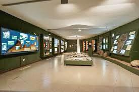 Im Innern des Kulturzentrums: Infos insbesondere über die Felsritzungen der Ureinwohner.