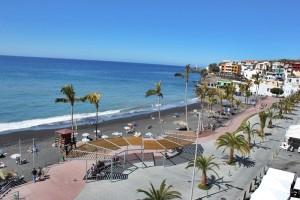 Blaue Flagge 2019: Der Strand von Puerto Naos im sonnigen Westen von La Palma darf den blauen Umweltwimpel schon seit vielen Jahren hissen. Der Atlantik ist sauber, der Strand gepflegt und die Baywatch wachsam. Foto: La Palma 24